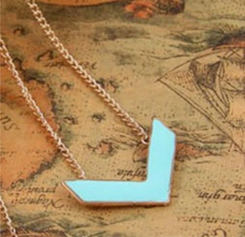 colar dourado com pingente moderno em azul claro #013.