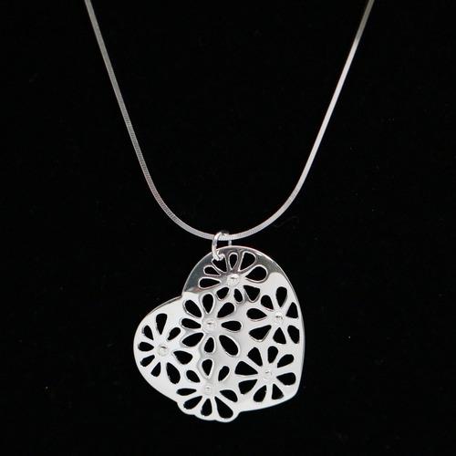 colar feminino de prata com pingente de coração e flores