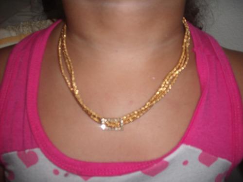 colar folheado a ouro com strass brilhantes.