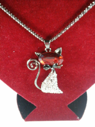colar na cor chumbo e pingente no formato de gato com pedras