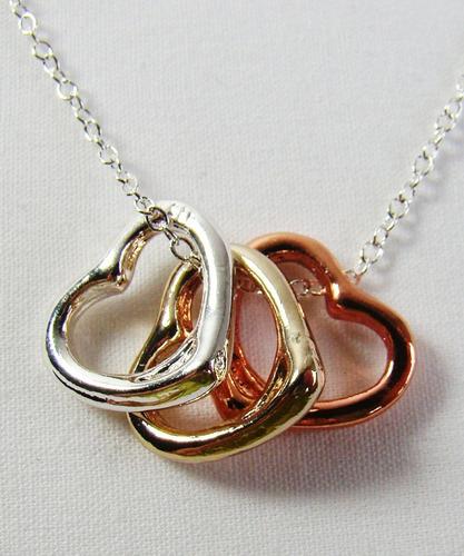 colar pingente três corações folheados a ouro três tons