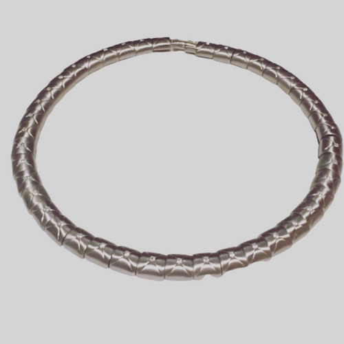 colar prateado com detalhes em zircônia