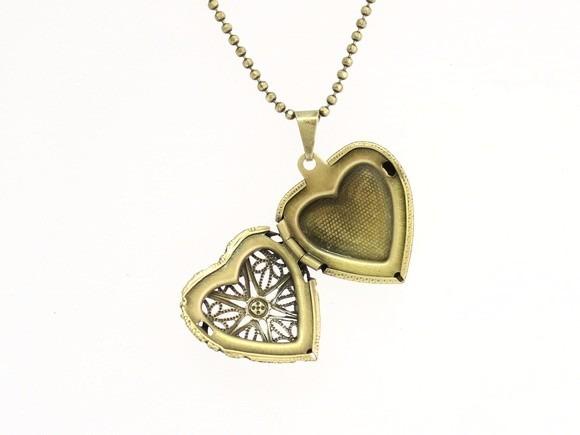 cd007fca8ef Colar Relicário Coração Ouro Velho Pequeno - R  39