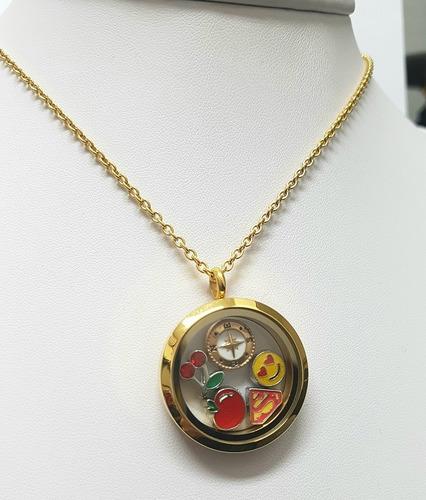 colar relicário dourado em aço com visor de vidro e charms