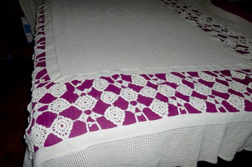 colcha cubre camas antiguo de hilo bordado a mano.