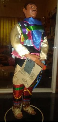 colección de muñecas con trajes regionales hechas a mano