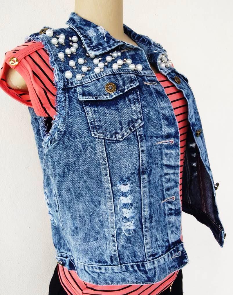 45a8e68aad73 colete jeans rasgado com pérolas casaquinho feminino. Carregando zoom.