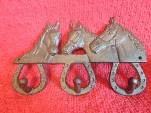 colgador metalico con forma de caballo mide 26,5 x 19 cms