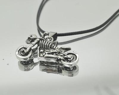 colgante calavera en moto cuero y metal exclusivo motokeros