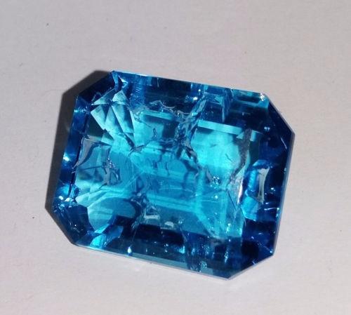colgante de oro con topacio natural azul de 64.4 ct.