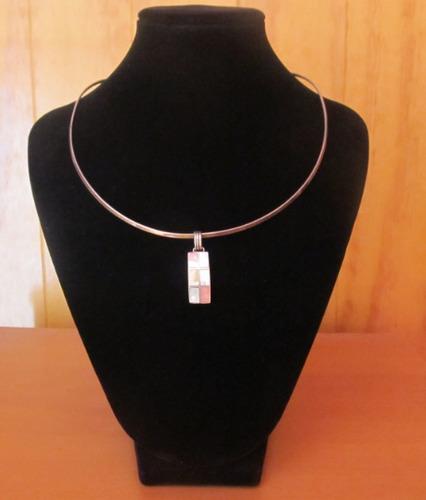 colgante rectangular de plata de color rosado, azul, blanco