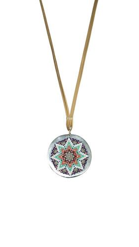 collar de estilo corbatín con medallón de huichol- camello