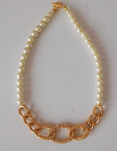 collar de perlas blancas con detalle dorado y strass