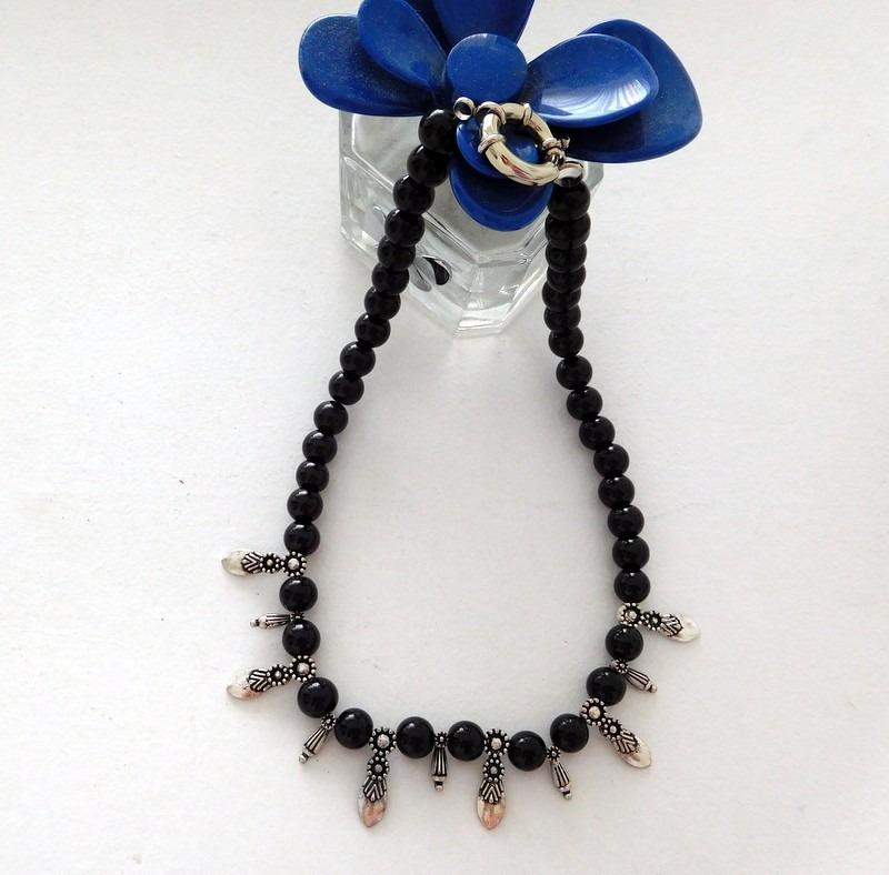 27eb04dc92ac collar de perlas color negro con dijes plateados. Cargando zoom.
