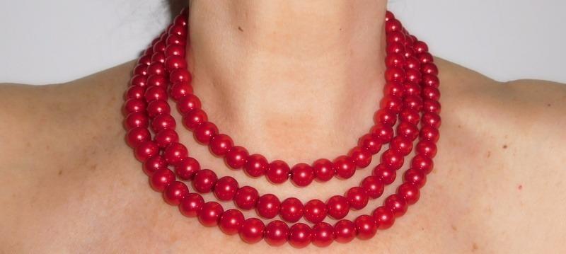28d325bf5f6c collar de perlas color rojo tres vueltas. Cargando zoom.