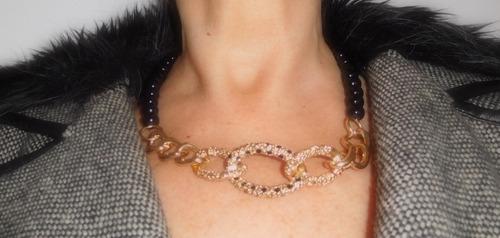 collar de perlas negras con detalle dorado en el frente