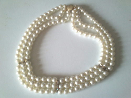 collar de perlas ,tres vueltas ,  con  strases.