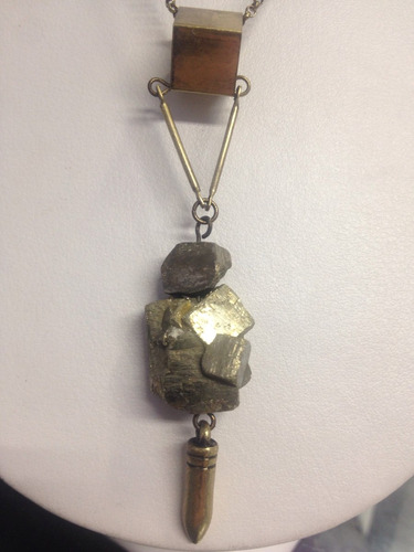 collar dije en piedra natural oro antiguo
