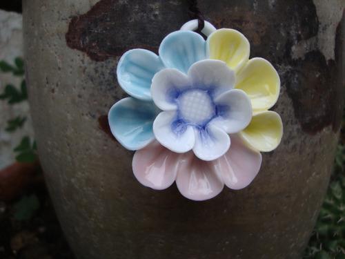 collar dije porcelana flor colores