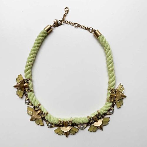 collar dorado y cordón amarillo lima