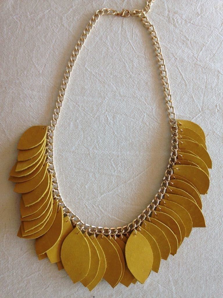 5335e4e0107b Collar Hojas De Cuero Mostaza -   409