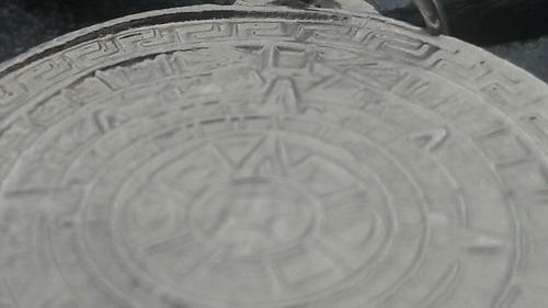 collar hombre con calendario azteca