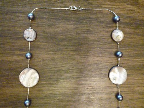 collar largo de perlas gris plomo y discos de madre perla