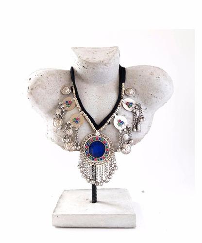 collar plateado de metal con medallon de color azul