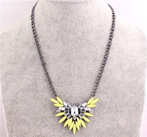 collar vintaje con bonito dije de diamante floriado yellow