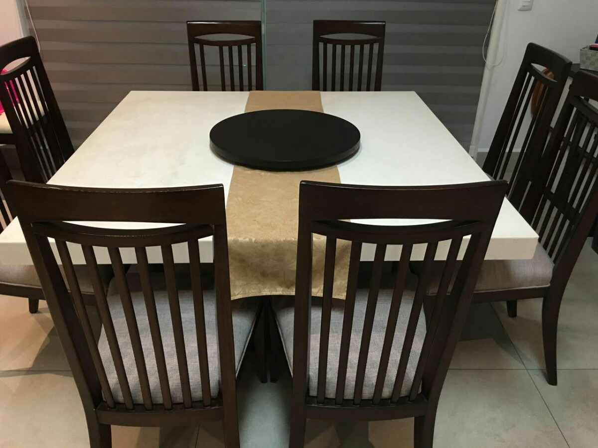 Comedor con base de madera fina color chocolate con sillas for Comedor con sillas