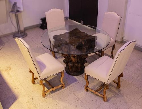 comedor con cristal y base de raíz, sillas de madera beige