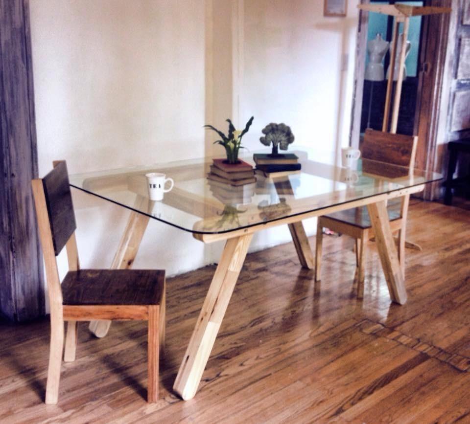 Comedor con cubierta de vidrio madera tarima sustentable for Comedores de madera con cristal