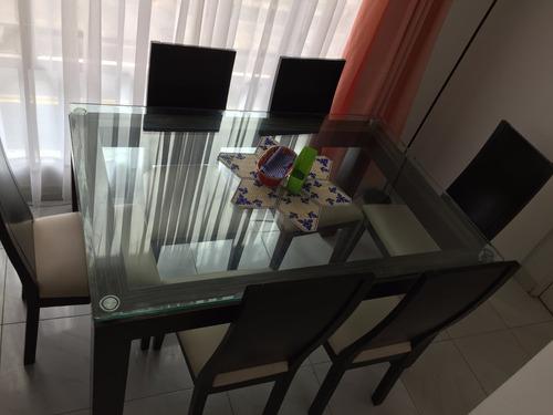 comedor elegante de seis puestos en cedro y vidrio biselado