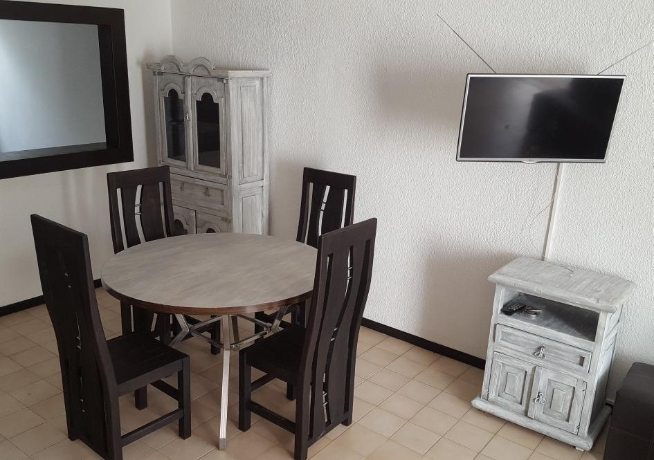 Comedor vintage con alacena y mesa adjunta gris y caf for Comedor redondo vintage