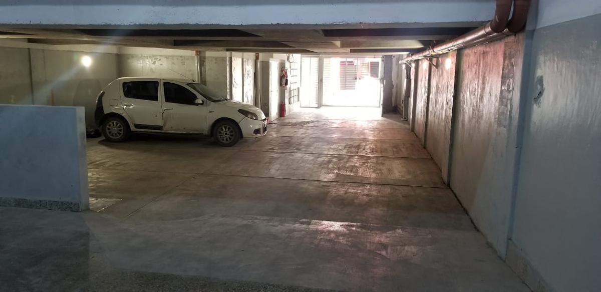 cómodas cocheras cubiertas en pb y bauleras sobre av. triunvirato - villa urquiza