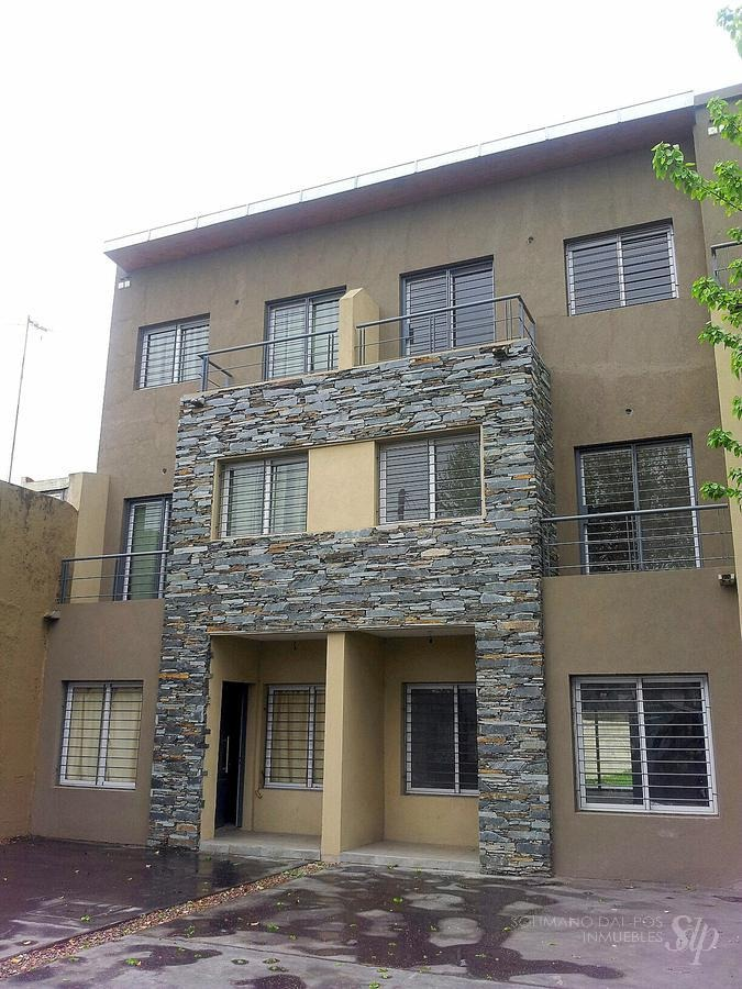 complejos de triplex de 4 amb con patio en villa adelina