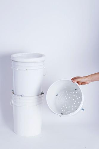 compostera con baldes recuperados con lombrices /saavedra