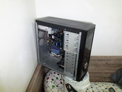 computador com monitor e teclado e mouse.
