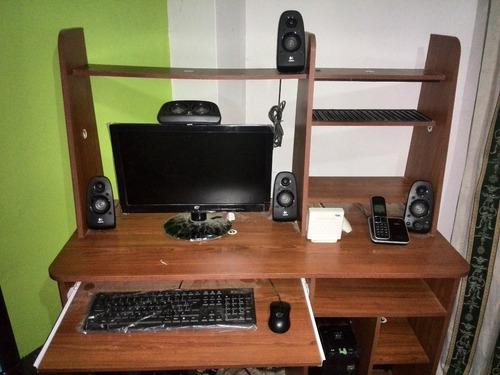 computadora 4ta generacion con mueble incluido