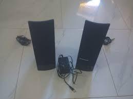 computadora equipada con audios y cornetas