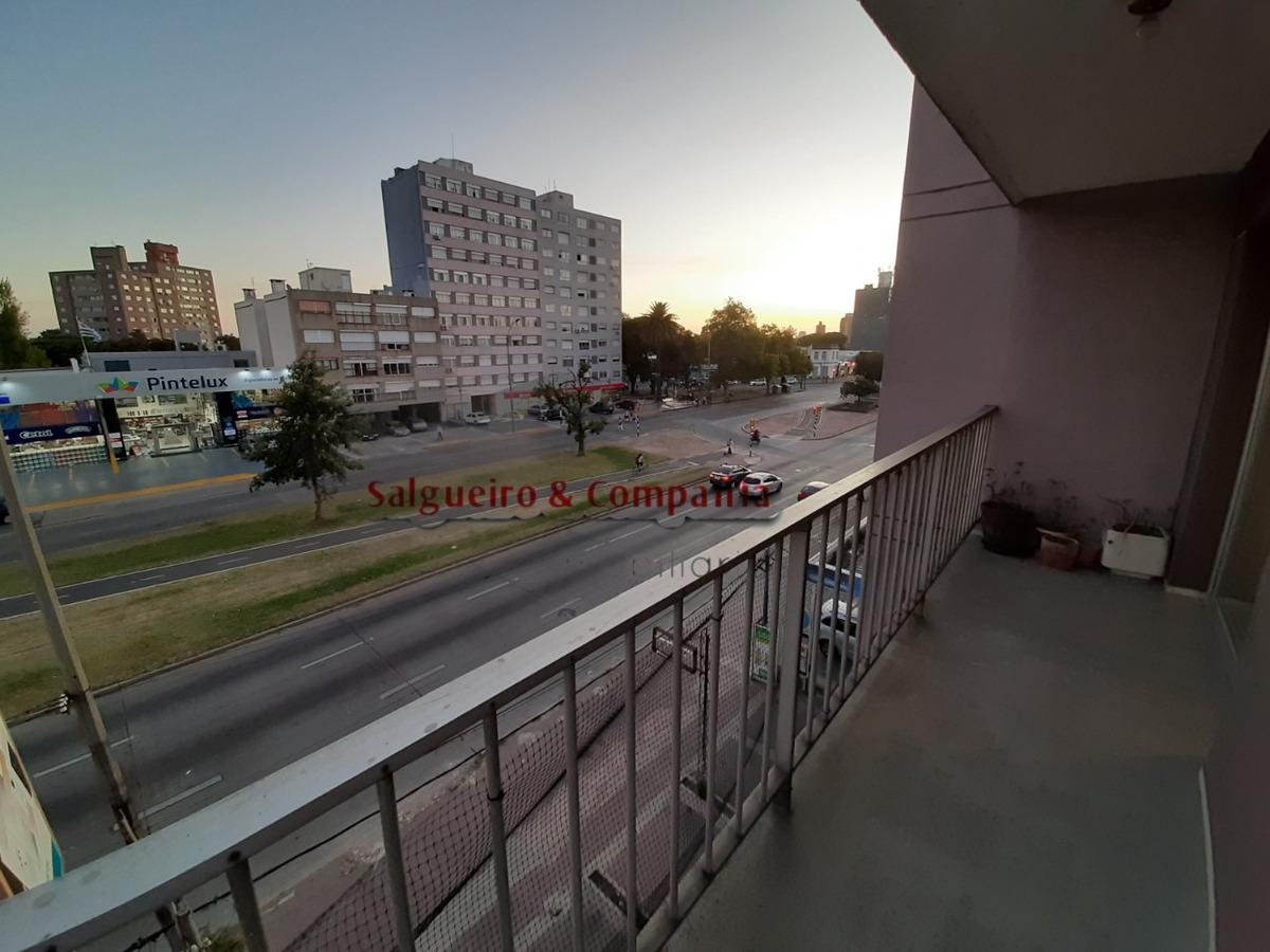 con balcón. llave magnética y cámaras de vigilancia.