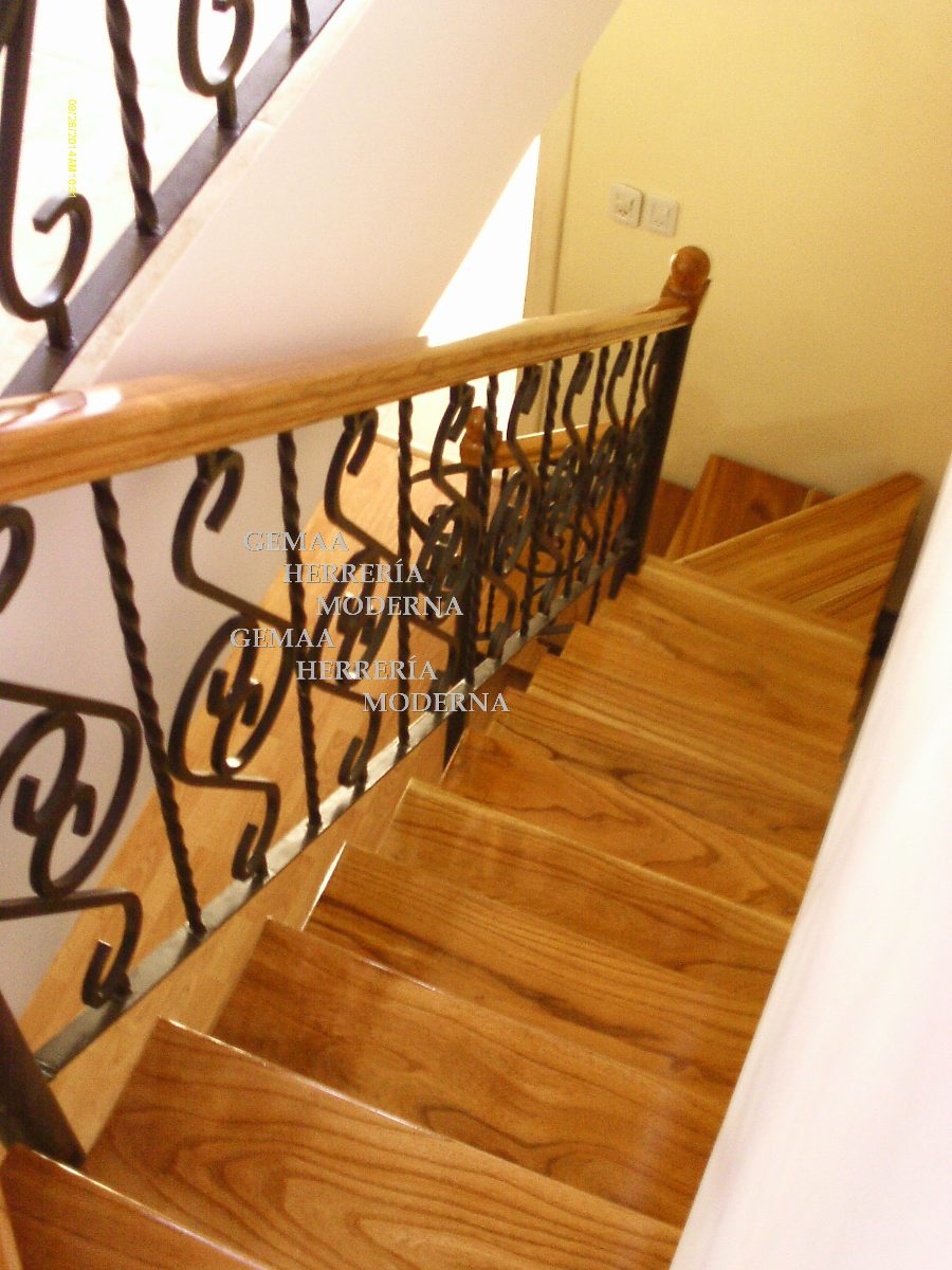 Barandas de escaleras de hierro escalera estructural en for Escalera hierro