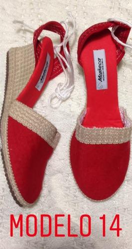 con sandalias zapatos