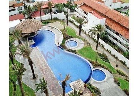 condominio en el hotel rosarito, con vista al mar, una habitación, baño, acceso a piscinas, jacuzzis, gimnasio, sala de juegos infantiles, 2 restaurantes y bar del hotel.