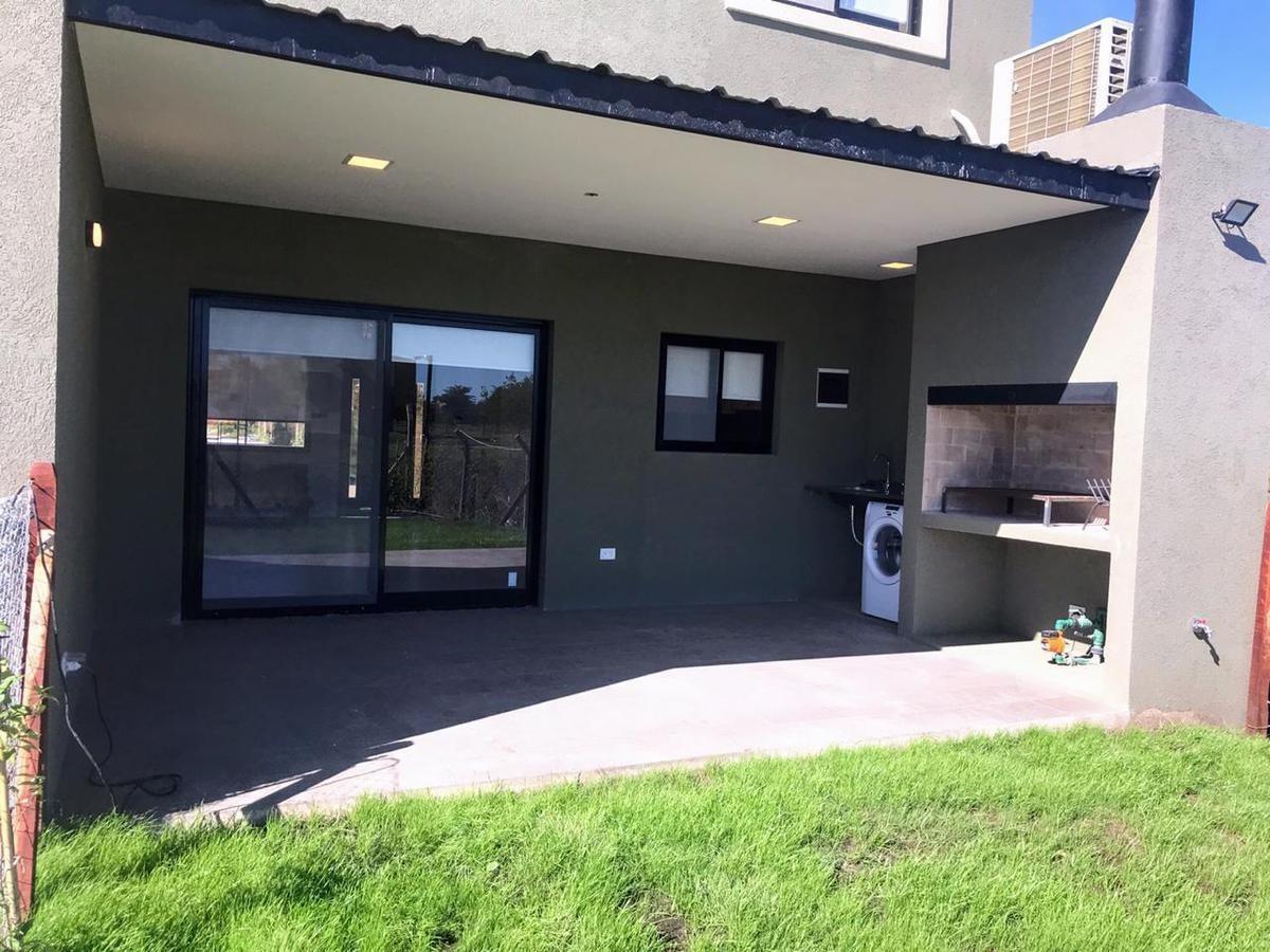 condominio townhouse duplex 3 ambientes con jardín la cañada village pilar