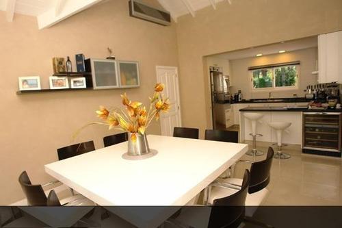 confortable casa en carilo con pileta y jacuzzi. ambientes.