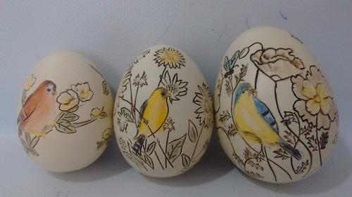 conjunto 03 ovos de madeira em relevo pássaros e flores.