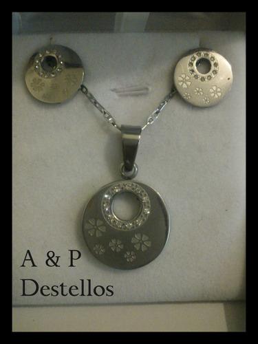 conjunto de acero plateado y circón, collar y aros.(flor)