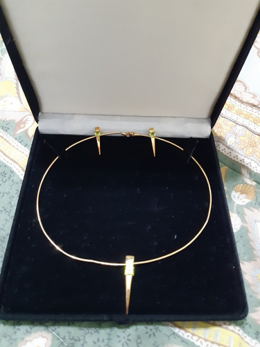conjunto de colar e brincos e berloque em ouro vivara