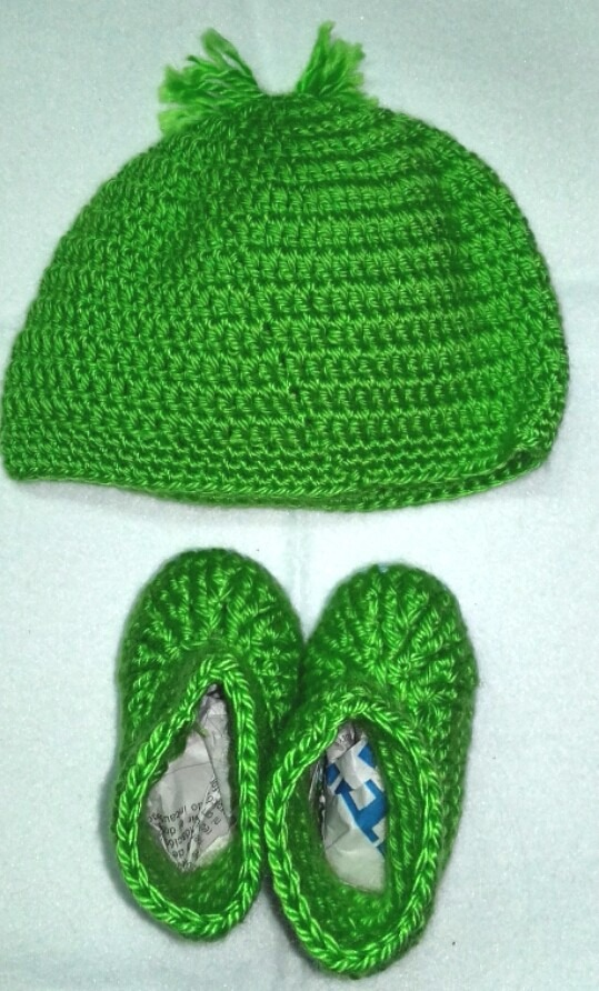 c6221f505f4a8 conjunto gorro y escarpines tejido crochet lana bebe. Cargando zoom.